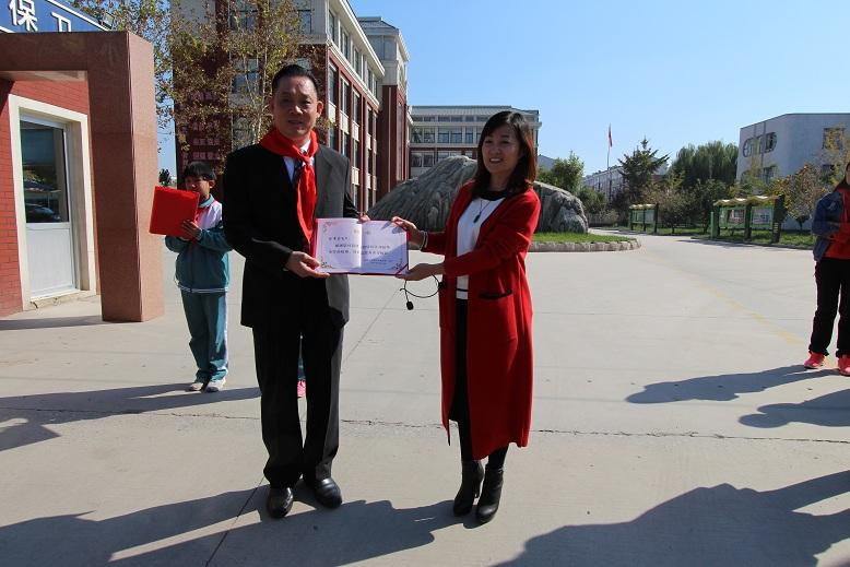 捐方代表施能智(左)代表陈秉志先生接受淄博市张店区沣水镇
